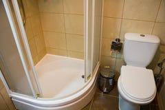 El retrete y la ducha Foto de archivo libre de regalías