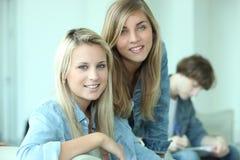 El revisar de tres adolescentes Fotografía de archivo