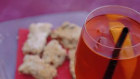 El revolvimiento del hombre spritz aperitivo con la torta tradicional de Mantua del sbrisolona en el fondo almacen de metraje de vídeo