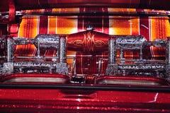 El Rey糖果由艺术家Al上色了驾驶低底盘汽车兜风者1963年雪佛兰因帕拉 免版税库存图片