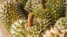 El rey asiático del Durian de las frutas está en el contador en el mercado de la noche en Tailandia almacen de metraje de vídeo