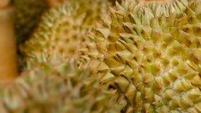 El rey asiático del Durian de las frutas está en el contador en el mercado de la noche en Tailandia metrajes