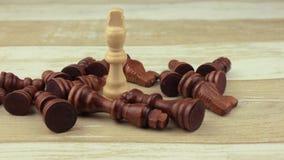 El rey blanco entre ajedrez postrado almacen de video