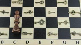 El rey del ajedrez entre la opinión del resbalador de las llaves almacen de video