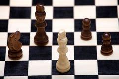 El rey del blanco está en peligro en el tablero de ajedrez Imagen de archivo libre de regalías