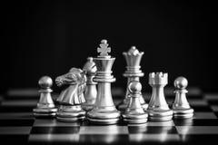 El rey en soporte del juego de ajedrez de la batalla en el tablero de ajedrez con la ISO negra Foto de archivo libre de regalías