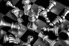 El rey en soporte del juego de ajedrez de la batalla en el tablero de ajedrez con la ISO negra Imágenes de archivo libres de regalías
