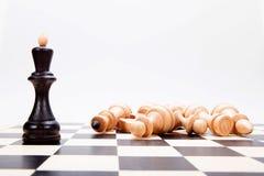 El rey negro en el chessboasrd Imagen de archivo libre de regalías