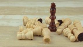 El rey negro entre ajedrez postrado almacen de video