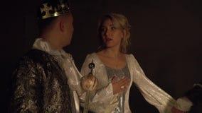 El rey oscuro toma a la reina del rey ligero Competencia viva del ajedrez almacen de video