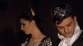 El rey oscuro y la reina caen sus cabezas airadamente Competencia viva del ajedrez metrajes