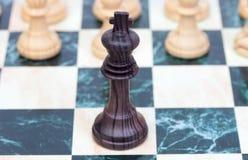 El rey. Pedazo de ajedrez de madera Imagen de archivo