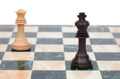 El rey y la reina hechos frente. Pedazos de ajedrez de madera Imagen de archivo libre de regalías