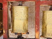 El rezo budista coloreado oro rueda adentro Lasa, Tíbet Imágenes de archivo libres de regalías