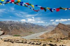 El rezo budista señala lungta por medio de una bandera en el valle de Spiti Fotografía de archivo