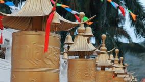 El rezo budista teclea en el templo en China Los tambores del rezo están haciendo girar Clouse para arriba almacen de metraje de vídeo