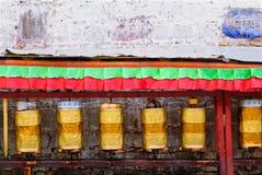 El rezo de oro teclea fila en la calle de Lasa, Tíbet Imágenes de archivo libres de regalías