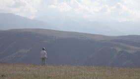 El rezo del hombre de negocios medita en el top de la montaña en la puesta del sol 4K 3840x2160 perfil plano de la imagen almacen de video