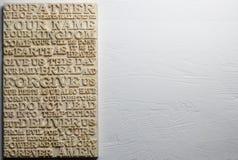 El rezo del ` s del señor La palabra tallada de madera del rezo del ` s del señor en blanco resistió al fondo de madera Foto de archivo libre de regalías