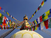 El rezo del stupa de Buda señala Nepal por medio de una bandera Kathamandu Imagenes de archivo