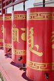 El rezo rueda adentro el domicilio de oro complejo budista de Buda Shakyamuni Elista Rusia imagenes de archivo