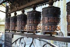 El rezo rueda adentro el templo de Buda, Nepal Foto de archivo