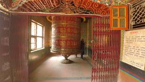 El rezo rueda adentro Katmandu, Nepal almacen de metraje de vídeo