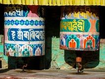 El rezo rueda adentro a Nepali cerca del templo budista fotos de archivo libres de regalías