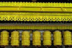 El rezo rueda adentro a Nepali cerca del templo budista fotos de archivo