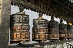 El rezo rueda adentro a Nepali cerca del templo budista foto de archivo libre de regalías