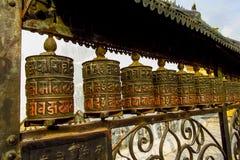 El rezo rueda adentro a Nepali cerca del templo budista imágenes de archivo libres de regalías