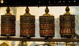 El rezo rueda adentro a Nepali cerca del templo budista imagenes de archivo