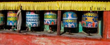 El rezo rueda adentro a Nepali cerca del templo budista fotografía de archivo