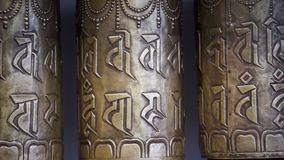 El rezo rueda adentro el templo budista almacen de metraje de vídeo