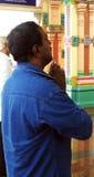 El rezo ruega fielmente en templo hindú Fotografía de archivo
