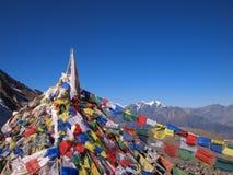 El rezo señala Nepal por medio de una bandera Imagenes de archivo