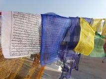 El rezo señala Nepal por medio de una bandera Fotos de archivo libres de regalías