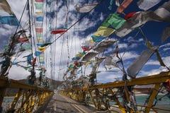 El rezo señala - Tíbet - China por medio de una bandera Imagen de archivo libre de regalías