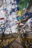 El rezo señala - Tíbet - China por medio de una bandera Fotografía de archivo