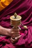 El rezo tibetano rueda adentro las manos de los monjes Fotos de archivo libres de regalías