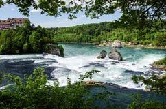 18 04 745 El Rhine Falls en el por aguas arriba imagen de archivo libre de regalías