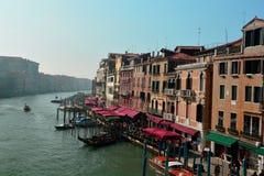 El Rialto, góndolas, y la ciudad hermosa de Venecia, Italia Fotos de archivo libres de regalías
