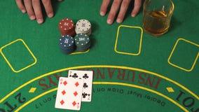 El riesgo de juego del jugador de la veintiuna, consigue 21 afortunados, triunfo en casino, concepto de la fortuna almacen de metraje de vídeo