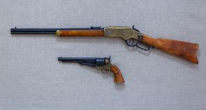 El rifle viejo y un arma Foto de archivo