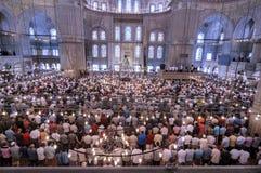 El ritual azul de la mezquita de la adoración se centró en el rezo, Estambul, turco Imagen de archivo