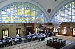 El ritual de la mezquita de Istoc de la adoración se centró en el rezo, Estambul, Tur Fotos de archivo libres de regalías
