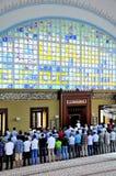 El ritual de la mezquita de Istoc de la adoración se centró en el rezo, Estambul, Tur Imágenes de archivo libres de regalías