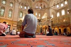 El ritual de la mezquita del sultán de Eyup de la adoración se centró en el rezo, Istanbu Fotografía de archivo