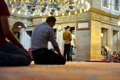 El ritual de la mezquita del sultán de Eyup de la adoración se centró en el rezo, Istanbu Imagenes de archivo