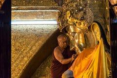 El ritual del lavado de la cara a Mahamuni Buda Fotografía de archivo